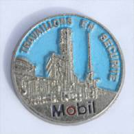 Pin's Relief MOBIL - Travaillons En Sécuritè - La Raffinerie - Zamac - J.BI. - D1129 - Fuels