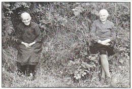 23992 Pouleis , Village Monts D'Arree 1975 -1985 -carte Publicitaire Livre Faujour  (photographe) Et Guillou . Femme