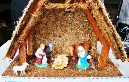 CRECHE DE NOEL BOIS ECORCE MOUSSE... AVEC 7 PERSONNAGES Et ANIMAUX EN PLASTIQUE DIMENSIONS : LONG 27 LARG 14 HAUT 24cm - Crèches De Noël