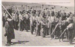 MISSIONS D'AFRIQUE PETITS GARCONS REVENANT DU TRAVAIL (BELLE ANIMATION) - Cartes Postales