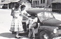 24002 Renault 4cv -rue De Ste Etape Reims France - Couple Sans Doute Vers 1950 -automobile Ancienne -9x13 Cm
