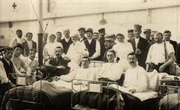 81595  -  Carte Photo     Militaires bless�s dans leur lit d'Hopital avec le Personnel Medical
