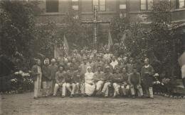 81596 -  Carte Photo     Militaires blesses ou convalescents avec leur Infirmiere devant une Croix en Fleurs