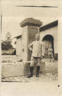 81626 - Carte Photo    Militaire  devant une statue