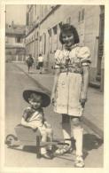 81630 - Carte Photo    Enfants   petit Gar�on assis dans une brouette  dans une rue