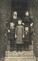 81633 - Carte Photo      Famille sur le Perron de leur maison