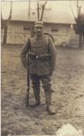 CPA Photo Portrait De Militaire En Tenue De Campagne Avec Casque à Pointe Et Fusil - Personen
