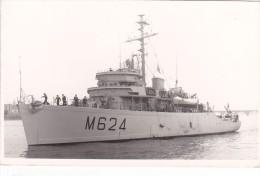 bateau batiment militaire dragueur de mines colmar M 624 signee bytchkovsky + equipage