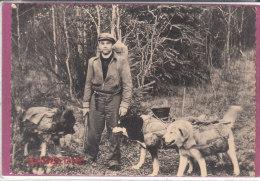 Avec Ses Chiens Batés Eux Aussi , Le Missionnaires Du YUKON S' Aventure Dans La Forêt - Yukon