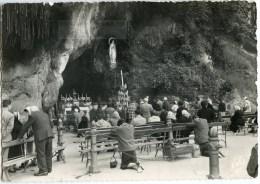 65 Lourdes - La Grotte Miraculeuse 1958 N&B Dentelée - écrite - Timbre Lourdes 20F - 2 Scans - Lourdes