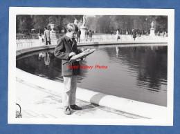 Photo Ancienne - PARIS - Enfant et son bateau au Jardin du Luxembourg - Maquette Jouet �lectrique ?