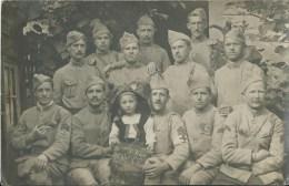 410Ch Carte Photo Soldats Du 106 Eme Regiment D'infanterie 7eme Compagnie Avec Fillette Alsacienne En 1917 - Regiments