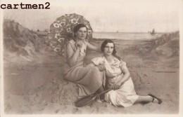 MONTAGE PHOTO SURREALISME 2 FEMMES SUR LA PLAGE OMBRELLE RAQUETTE PHOTO DE FOIRE