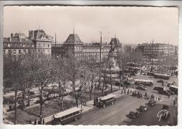 BUS Et AUTOCARS - Plusieurs Autobus En 1er Plan à PARIS Place De La République - CPSM Dentelée Noir Et Blanc GF 1952 - - Autobus & Pullman