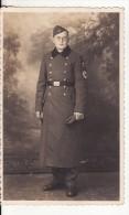 Carte Postale Photo Militaire Allemand En Uniforme-Insigne Régiment 2 ème Guerre-Long Manteau-Ceinturon-Calot- - Guerre 1939-45