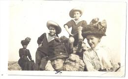 Jeunes Garcons Costumes Marin - Femmes Grands Chapeaux Sur Rochers    Fin Xixè Début Xxè   11x7cm - Anonymous Persons