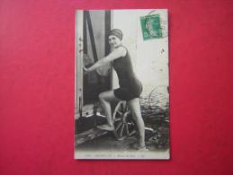 CPA 14   TROUVILLE   RETOUR DU BAIN      ANIMEE  UNE FEMME MONTANT DANS UNE CABANE DE BAIN    VOYAGEE 1911 TIMBRE - Trouville