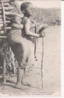 AFRIQUE BONNE D'ENFANTS REMPLACANT LA MERE POUR LIU PERMETTRE DE FAIRE LES TRAVAUX DE LA MAISON - Cartes Postales