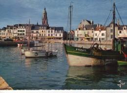 Le Croisic.. Belle Vue Du Port.. La Place D'Aiguillon.. Chalutiers.. Commerces.. Voitures - Le Croisic