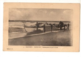 C P A--AFRIQUE      DAHOMEY---COTONOU--embarquement Par La Barre--voir 2 Scans - Dahomey