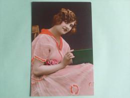 Femme à La Robe Orange Et Rose - Femmes