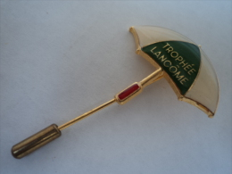 """LANCOME """" TROPHEE"""" BROCHE EPINGLETTE     VOIR ET LIRE !! - Miniatures Modernes (à Partir De 1961)"""
