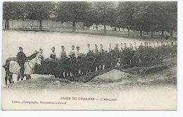 JOLIE CPA TRES ANIMEE CAMP DE CHALONS, GROSSE ANIMATION, CAVALIERS, CHEVAUX A L'ABREUVOIR, MARNE 51 - Camp De Châlons - Mourmelon