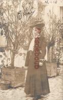 17 - ROCHEFORT  Sur MER  -  Carte Photo - Femme  Chapeau -   2 Scans - Rochefort