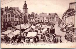 22 LAMBALLE - La Grande Place Un Jour De Marché - Lamballe