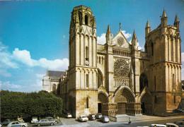 CPM -   POITIERS - LA CATHEDRALE SAINT PIERRE - VOITURES 2CV  4L 4CV - VIENNE 86 - Poitiers