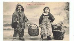 CPA-1907-FANTAISIE-ENFANTS-SCENE-1 COUPLE D´ENFANTS HABILLES EN PÊCHEURS-ILS PORTENT UN GROS PANIER-NOS PETITS PÊCHEUR - Taferelen En Landschappen