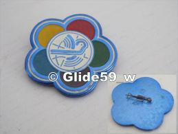 Epinglette Métal U. R. S. S. Avec Colombe - Pin's