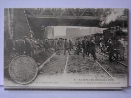 PARIS - GREVE DES CHEMINOTS (1910) - REPRODUCTION - 8 - LES VOYAGEURS SE RESIGNENT DE TERMINER LA ROUTE A PIED - Métro Parisien, Gares