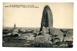 Le Croisic (44) : Sur La Côte, Menhir De Pierre-Longue - A Gauche La Tour De L´Eglise - Dolmen & Menhirs