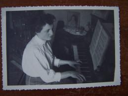 PHOTOGRAPHIE 1954 FEMME AU PIANO MUSIQUE Anonyme ( LORRAINE VOSGES Arches ? ) - Anonymous Persons