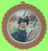 BRODERIE D´IMAGES - 2 IMAGES ENFANTS DÉCORÉES AU CROCHET - 15 Cm DIAMÈTRES - - Vintage Clothes & Linen