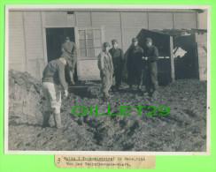 PHOTOS MILITARIA 1944 - GOLTA (TRANSNISTRIEN FEB. 1944 - VOR DER TECHNIKERUNTERKUNFT - FOTO, DR KELLER - - 1939-45