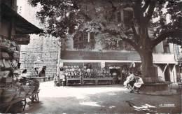 06 - Vence - La Place Du Peyra Et La Fontaine (Aux Poteries Provençales Artistiques) - Vence