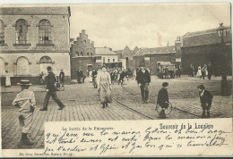 La Louvière - La Sortie De La Faiencerie - Très Animée ATTELAGE - Circulé: 1900 (2 Scans). - La Louvière