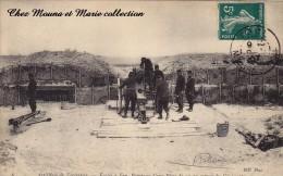 CPA MILITAIRE 1907 ARTILLERIE DE FORTERESSE ECOLES A FEU POINTAGE D UNE PIECE DE 95 GONIOMETRE DANIEL PARIS 2082 - Ausrüstung
