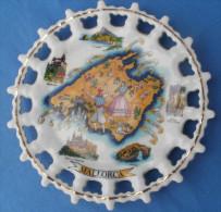 ASSIETTE Decorative à Suspendre, Ajourée Estampillée MALLORCA - Ceramics & Pottery