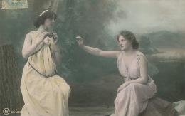 FEMMES - FRAU - LADY - Jolie Carte Fantaisie Portrait De 2 Femmes Assises Dans La Forêt Avec Grappe De Raisin - Donne