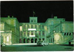 Valreas: PEUGEOT 403, 2x CITROËN 2CV - Hotel De Ville, Nuit (Vaucluse, France) - Passenger Cars