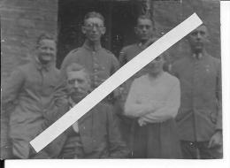 Allemagne Soldats Des Corps Francs Insignes De Col à Tête De Mort Avec Civils1 Photo 1914-1918 14-18 Ww1 Wk WWI - War, Military
