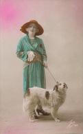 FEMMES - FRAU - LADY - CHIEN - DOG -  Jolie Carte Fantaisie Portrait Femme Avec Chien - Chiens