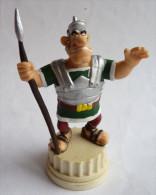 FIGURINE ASTERIX PLASTOY 2002  LEGIONNAIRE SUR SOCLE TBE Pièce De Jeu D'échec En PVC 2006 - Asterix & Obelix