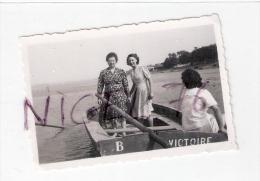 """Photo Originale Travers�e en barque """" Victoire """" de la SOMME pour ST- VALERY - Femmes mode 1950"""