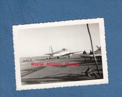 Photo ancienne - Porte Avions Arromanches - Avion au d�part - Navire de Guerre - Marine Nationale - Aviation