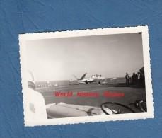 Photo ancienne - Porte Avions Arromanches - Avion en pr�paration - Navire de Guerre - Marine Nationale - Aviation