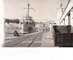 lot 2 photos originales batiment militaire M 621 origny dragueur se mettant a quai